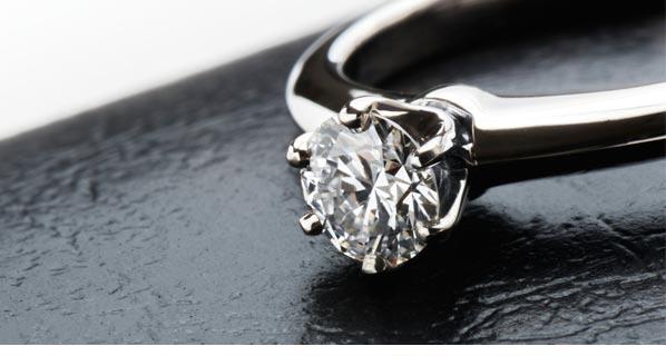 4578acef52f0 このサイトはDTCという世界最大のダイヤモンドの供給会社が行うことから、宝飾業界では重要な取引の場でもあります。このサイトは年に10回開催されるのですが、参加  ...